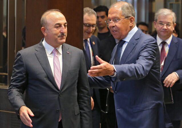 Canciller de Rusia, Serguéi Lavrov, con su homólogo turco Mevlut Cavusoglu (archivo)