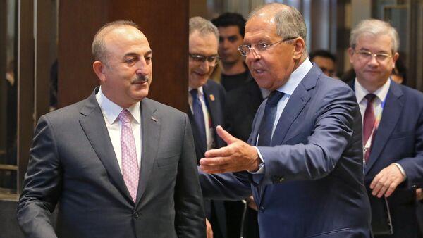 Canciller de Rusia, Serguéi Lavrov, con su homólogo turco Mevlut Cavusoglu - Sputnik Mundo