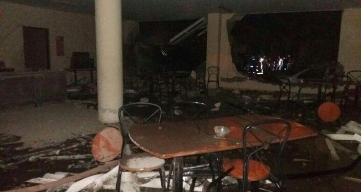 Interior de la oficina de policía afectada por un coche bomba en Ecuador