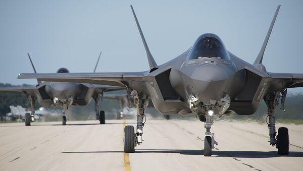 Los F-35 estadounidenses en una pista de despegue (imagen referencial) - Sputnik Mundo