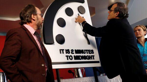Los miembros del Boletín de Científicos Atómicos mueven las manillas del reloj para marcar dos minutos para el juicio final - Sputnik Mundo