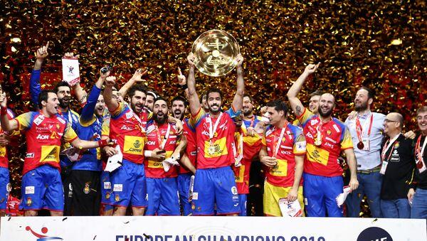 La selección de balonmano de españa celebrano la victoria en el Campeonato de Europa - Sputnik Mundo