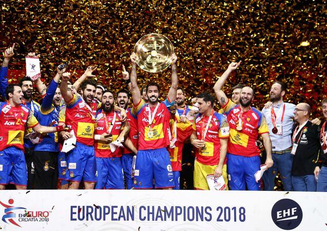 La selección de balonmano de españa celebrano la victoria en el Campeonato de Europa