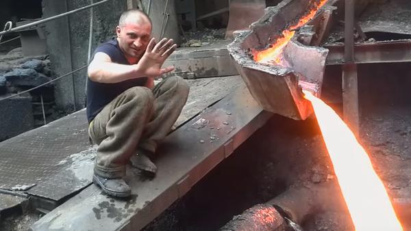 Metalurgo hasta los huesos: pasa la mano por metal fundido como si nada - Sputnik Mundo