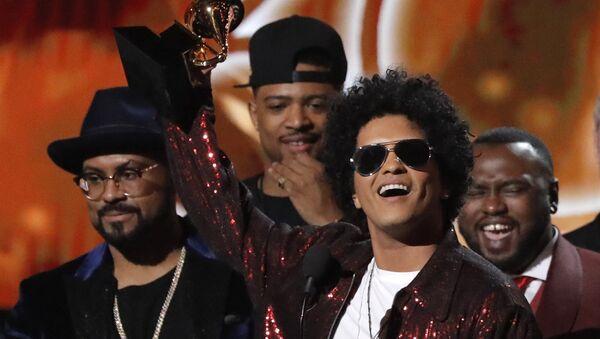 Bruno Mars, músico estadounidense, durante los Grammy - Sputnik Mundo