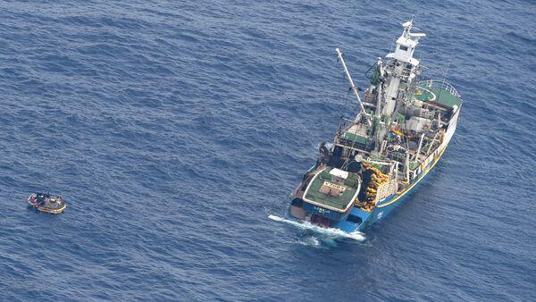 Un bote salvavidas con siete sobrevivientes del transbordador desaparecido, MV Butiraoi - Sputnik Mundo