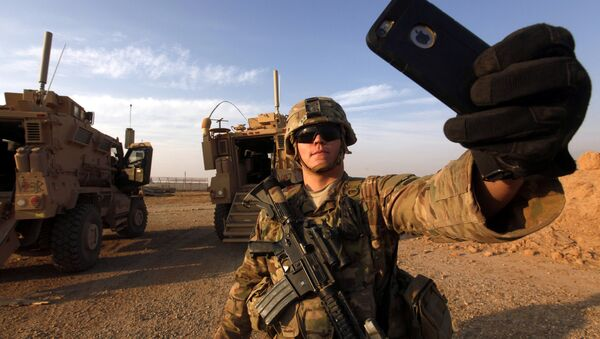 Un militar estadounidense se saca una foto en una base militar situada en el sur de Mosul - Sputnik Mundo