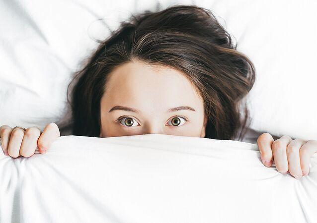 Jóven en la cama (imagen referencial)