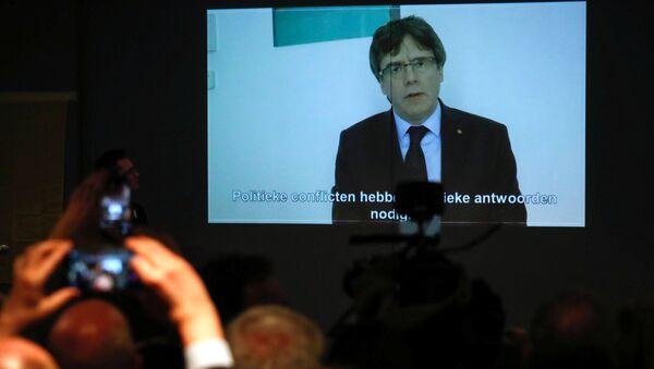 El expresidente del Gobierno catalán, Carles Puigdemont, en la pantalla de una tele - Sputnik Mundo