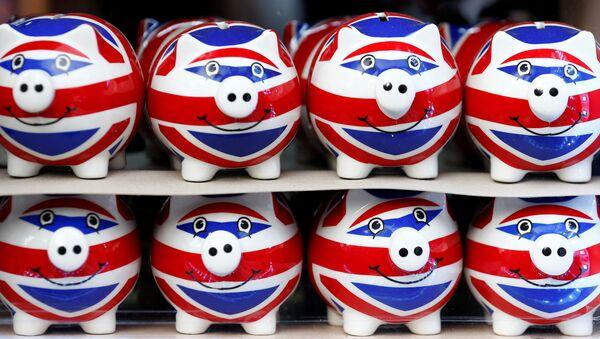 Unos cerditos de porcenala con la bandera del Reino Unido (imagen referencial) - Sputnik Mundo
