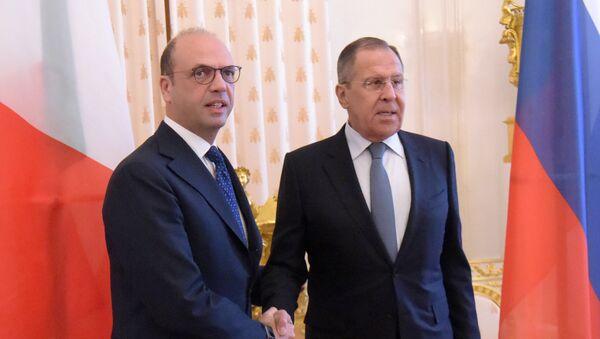 Angelino Alfano, ministro de Exteriores de Italia, con su par ruso Serguéi Lavrov - Sputnik Mundo