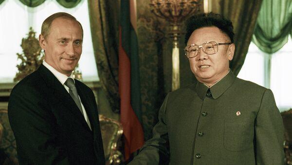 El presidente ruso, Vladímir Putin, y el entonces líder norcoreano, Kim Jong-il, durante su reunión en Moscú, 2001 - Sputnik Mundo