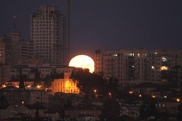 El eclipse de superluna, visto desde diferentes partes del planeta - Sputnik Mundo