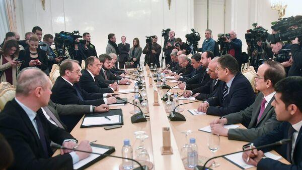 La reunión entre el canciller ruso, Serguéi Lavrov y el presidente de la Comisión Siria para las Negociaciones, Naser Hariri, Moscú, Rusia - Sputnik Mundo