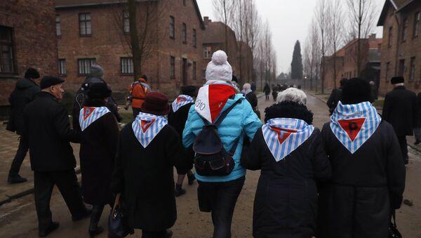 Sobrevivientes visitan Auschwitz en el Día Internacional de Conmemoración en Memoria de las Víctimas del Holocausto - Sputnik Mundo