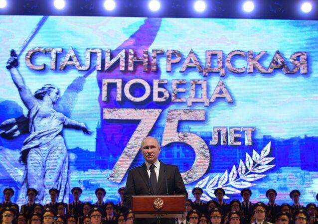 Vladímir Putin, el presidente de Rusia pronuncia un discurso en la Filarmónica de Volgogradoomo parte de la ceremonia de conmemoración del 75 aniversario de la victoria soviética en Stalingrado