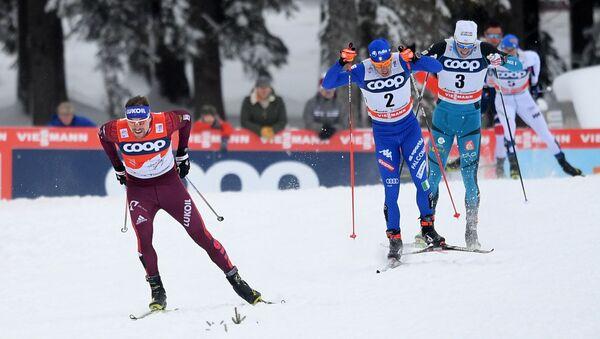 Seguéi Ustiúgov (esquiador ruso, izda.), Federico Pellegrino (esquiador italiano, centro), Lucas Chavat (esquiador francés, drcha.) - Sputnik Mundo