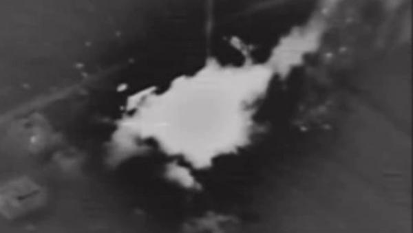 Momento de impacto de las armas de alta precisión rusas contra una instalación de los terroristas - Sputnik Mundo