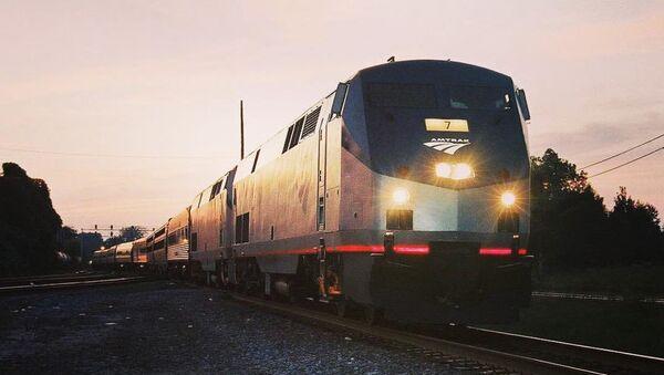 Un tren de la empresa ferroviaria estadounidense Amtrak (imagen referencial) - Sputnik Mundo