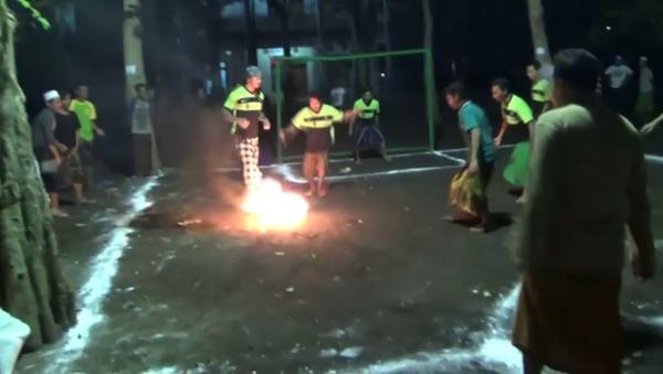 Un partido de fútbol con un coco incendiado - Sputnik Mundo