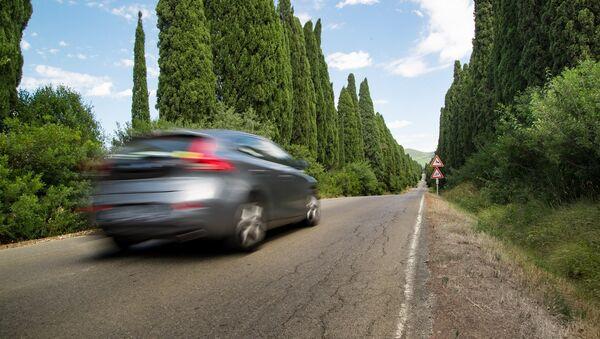 Un coche en la carretera (imagen referencial) - Sputnik Mundo