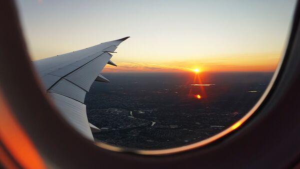 Puesta de sol vista desde un avión (imagen referencial) - Sputnik Mundo