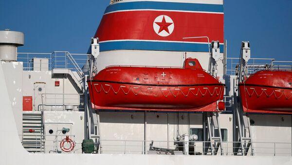 Un barco con la bandera de Corea del Norte - Sputnik Mundo