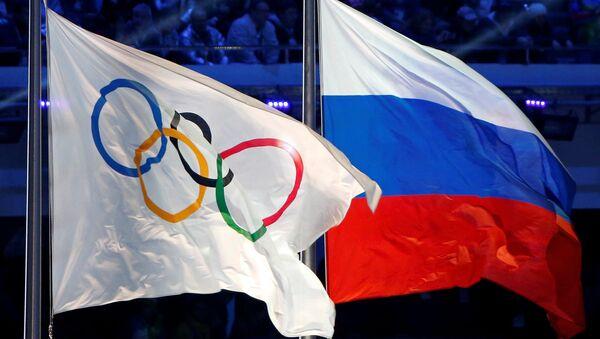 La bandera con los anillos olímpicos y la bandera de Rusia - Sputnik Mundo