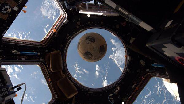 Balón de fútbol del astronauta Ellison Onizuka en al EEI (archivo) - Sputnik Mundo