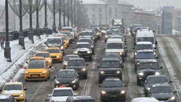 Коммунальные службы Москвы ликвидируют последствия сильного снегопада - Sputnik Mundo