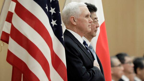 El vicepresidente de EEUU, Mike Pence, y el primer ministro de Japón, Shinzo Abe - Sputnik Mundo