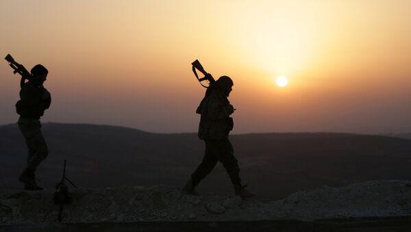 Un combatiente del opositor Ejército Libre Sirio, apoyado por Turquía - Sputnik Mundo