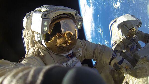 Cosmonautas de Roscosmos Antón Shkaplerov y Alexandr Misurkin durante una caminata espacial - Sputnik Mundo
