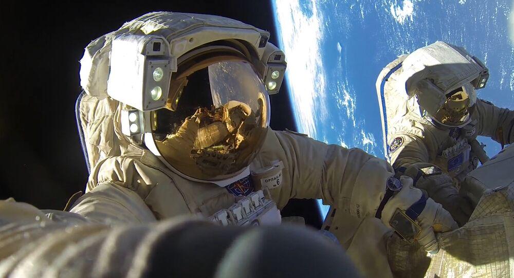 Unos cosmonautas rusos durante una caminata espacial
