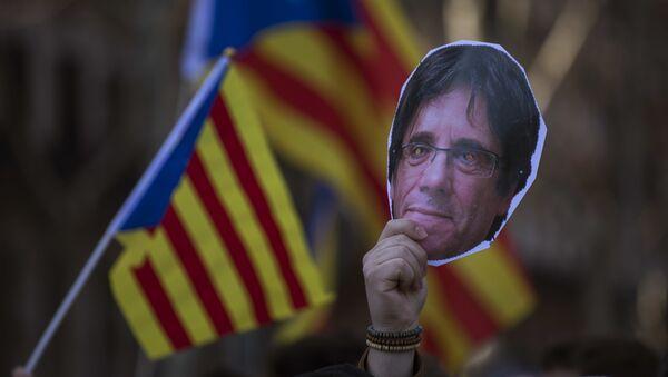 Una cara de Carles Puigdemont, el expresidente catalán - Sputnik Mundo