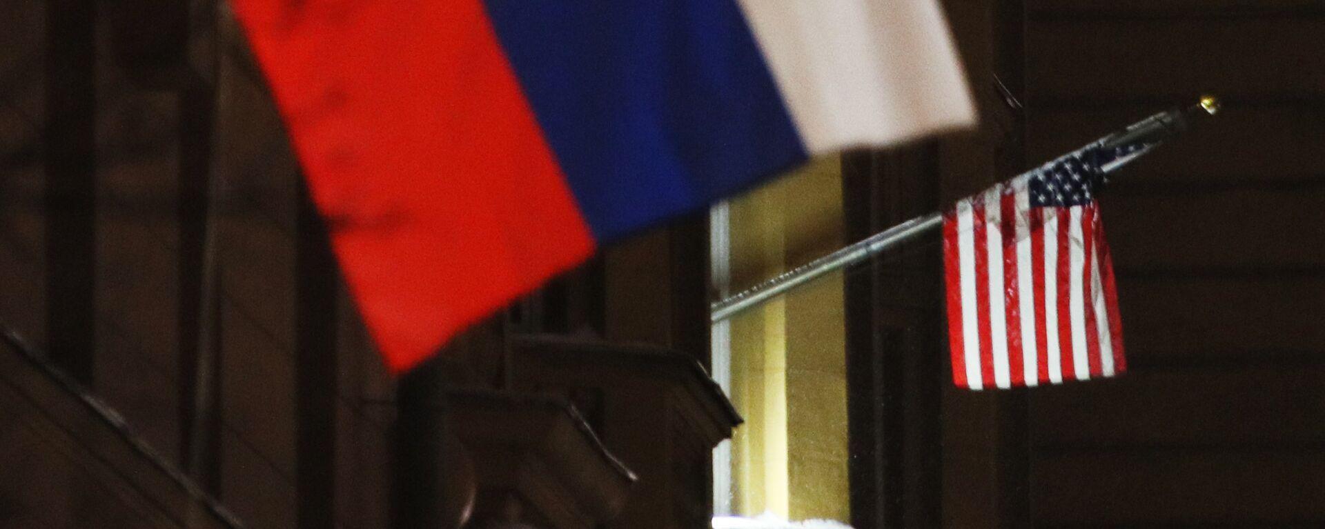 Banderas de Rusia y EEUU - Sputnik Mundo, 1920, 02.06.2021