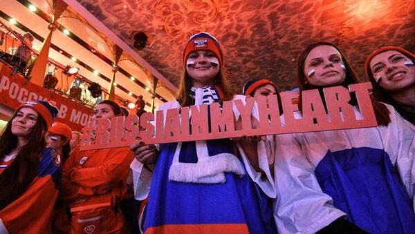 Los rusos con la tableta Rusia en mi corazón - Sputnik Mundo