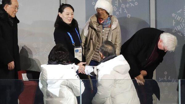Moon Jae-in, presidente de Corea del Sur, aprieta la mano de la hermana de Kim Yo-Jong, la hermana de Kim Jong-un, líder de Corea del Norte - Sputnik Mundo