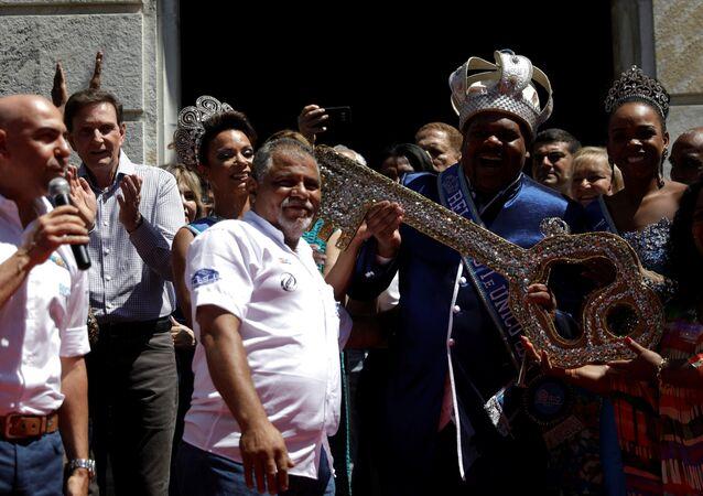 El alcalde de Río de Janeiro, Marcelo Crivella, entrega las llaves de la ciudad al Rey Momo