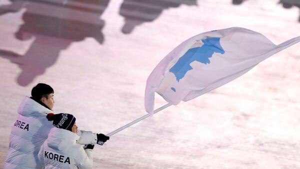 Los deportistas con la bandera de la península de Corea - Sputnik Mundo