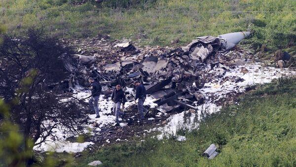 Israeli security stands around the wreckage of an F-16 that crashed in northern Israel, near kibbutz of Harduf, Saturday, Feb. 10, 2018. - Sputnik Mundo