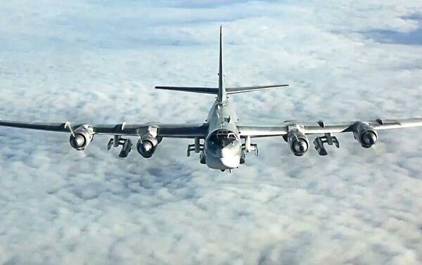 Un bombardero estratégico ruso Tu-95 durante una misión sobre Siria, en 2017 - Sputnik Mundo