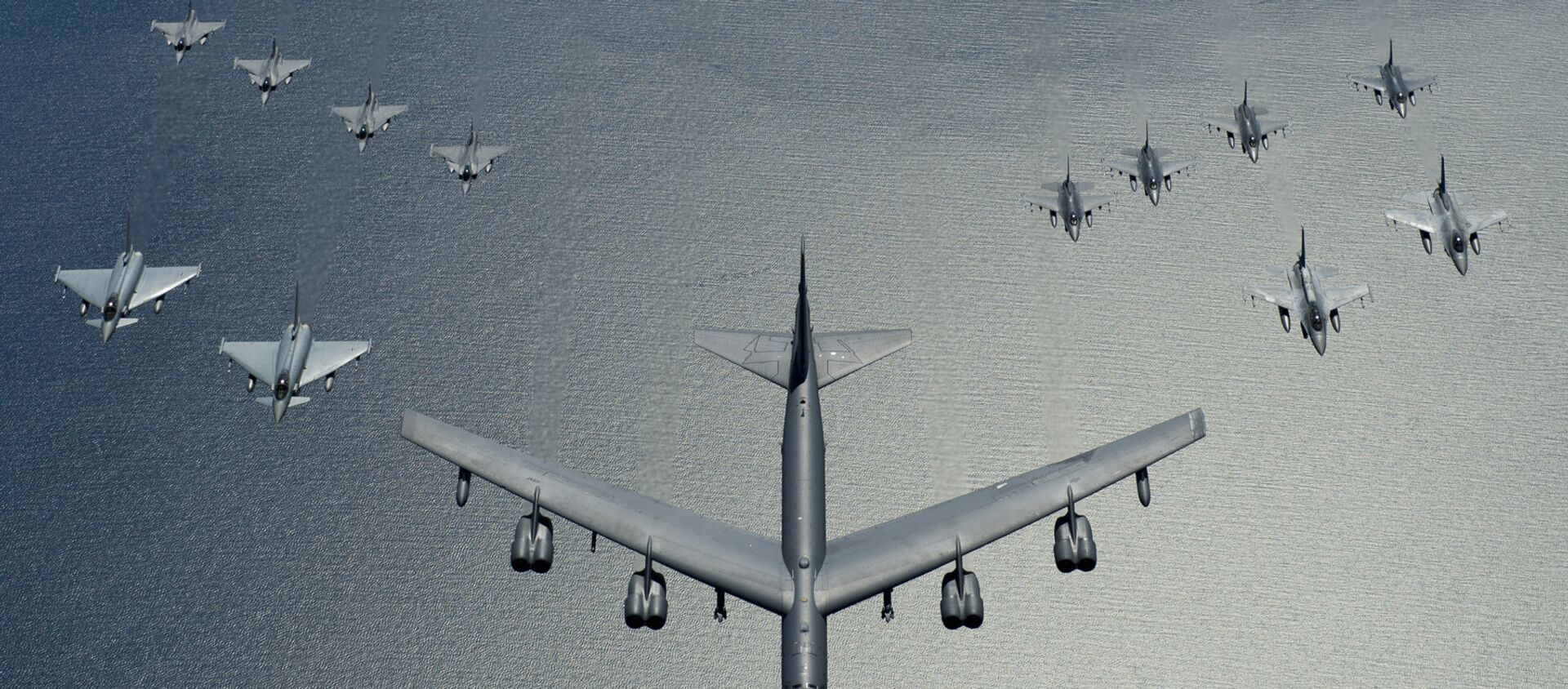Un bombardero estadounidense B-52 liderando una formación de los cazas de la OTAN durante las maniobras, en 2016 - Sputnik Mundo, 1920, 08.09.2020