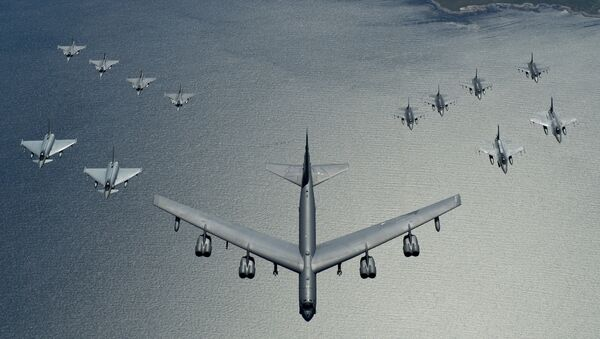Un bombardero estadounidense B-52 liderando una formación de los cazas de la OTAN durante las maniobras, en 2016 - Sputnik Mundo