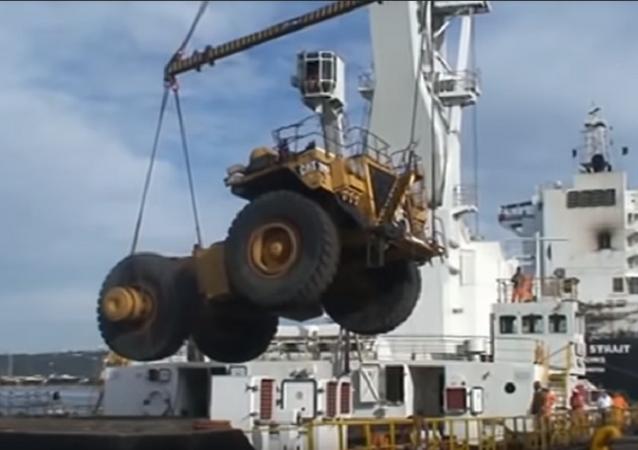 Un enorme camión volquete sufre un 'aterrizaje duro'