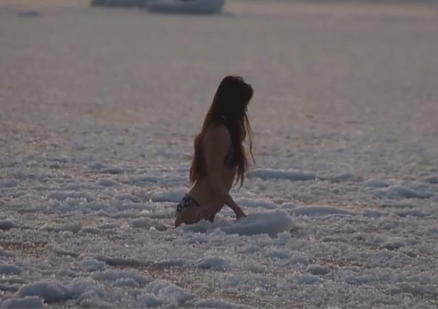 Una atrevida mujer se baña en el mar helado