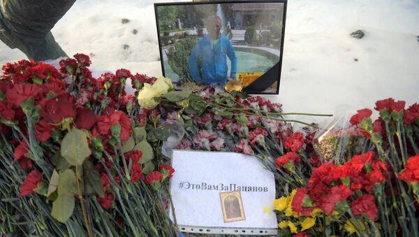 Flores en memoria del piloto ruso fallecido en Siria, Román Filípov - Sputnik Mundo