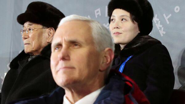 El vicepresidente de EEUU, Mike Pence, y la hermana del líder norcoreano, Kim Yo-jong - Sputnik Mundo