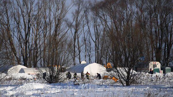 Rescatistas en el lugar del siniestro del avión de pasajeros An-148 - Sputnik Mundo