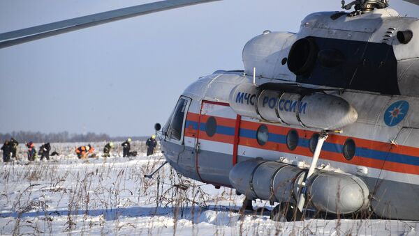 Helicóptero del Ministerio de Emergencias ruso en el lugar del siniestro del avión An-148 a las afueras de Moscú - Sputnik Mundo